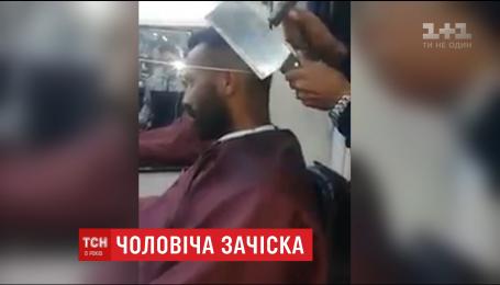 Інтернет підірвало відео, на якому перукар стриже чоловіка незвичним приладдям