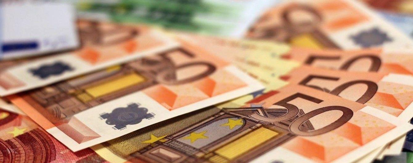 Долар здешевшав, а євро трохи здорожчав у курсах Нацбанку на 12 жовтня. Інфографіка