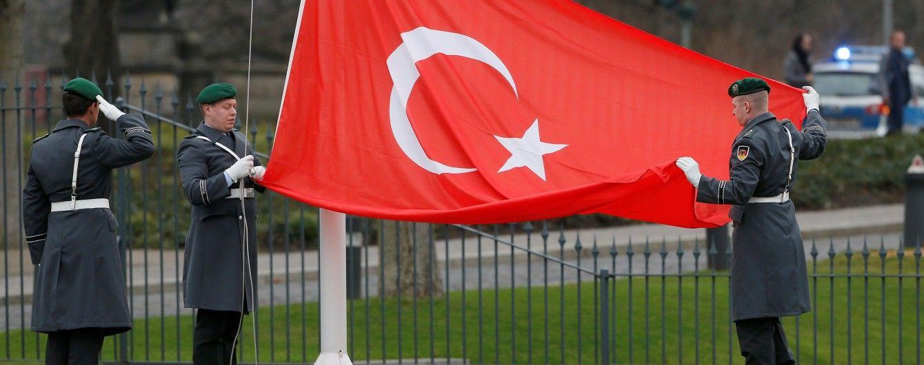 В Турции накануне годовщины неудавшегося переворота уволили свыше 7 тысяч госслужащих