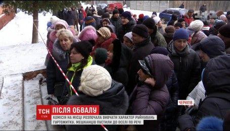 Люди забирают личные вещи из обрушившегося общежития в Чернигове