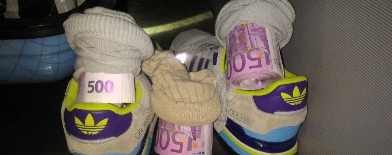 Українець спробував перевезти до Італії понад € 150 тис. у шкарпетках