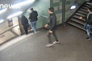 В Германии молодой человек, который толкнул ногами женщину в метро, проведет три года за решеткой