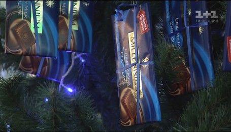 У столиці встановили ялинку, прикрашену тисячею шоколадок