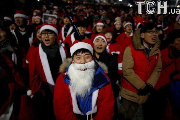У Сеулі молодь в костюмах Санта Клаусів мітингувала за остаточне усунення президента Пак Кин Хе