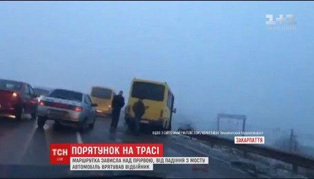 На Закарпатье пассажирский автобус завис над пропастью