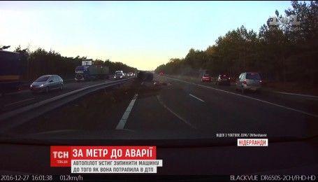 """У Нідерландах автопілот """"Тесла"""" врятував водія від ДТП"""
