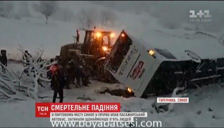 На севере Турции в пропасть со скалы сорвался автобус, есть погибшие
