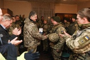 Порошенко із американськими сенаторами відвідав військових у Широкиному