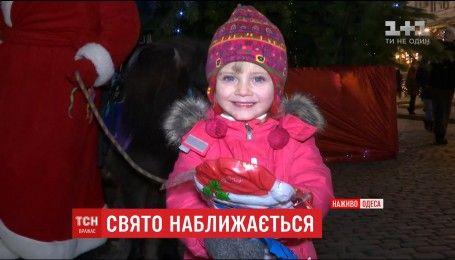 На Приморському бульварі для одеситів та гостей міста розклали святкові новорічні столи