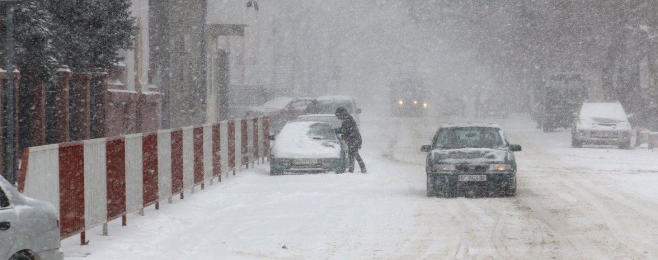 У трьох областях України через сніжну негоду обмежили рух транспорту