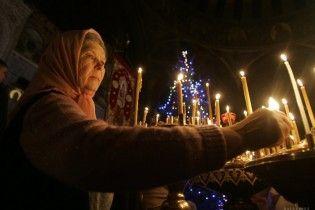 Світ відзначає Святвечір. У Вифлеємі славлять Ісуса, а в Києві віряни передають вітання бійцям