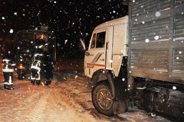 Негода в Україні: рятувальники витягають десятки машин з засніжених трас