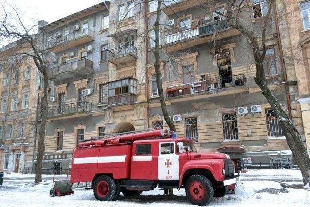 В Одесі після гасіння водою потужної пожежі цілий під'їзд будинку на морозі вкрився бурульками
