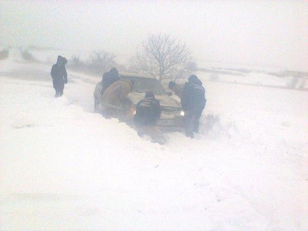 Сильные снегопады разделили Украину пополам, тысячи людей застряли в сугробах