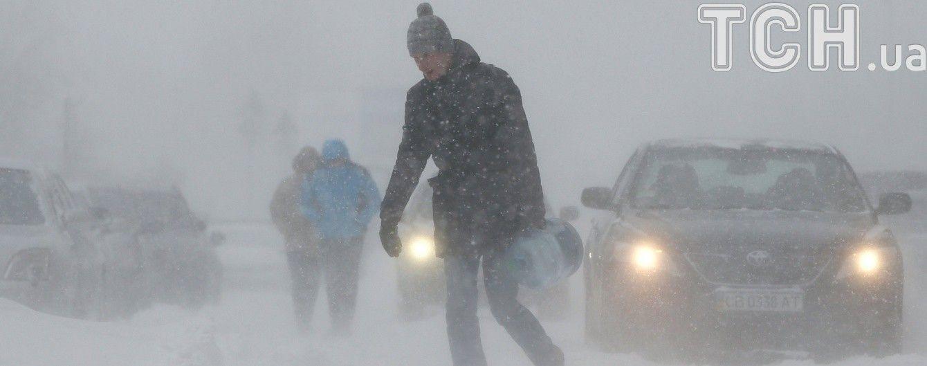 На трасі між Мукачевим та Ужгородом снігопад та ожеледь спричиняють кілометрові затори