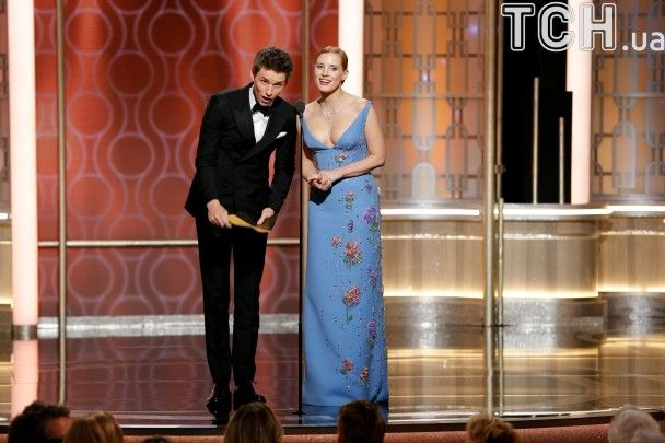 Золотий глобус 2017 у фото: елегантні Пітт та Ді Капріо і вагітна Наталі Портман завітали на премію