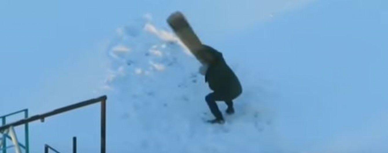 """У Мережі юзери кепкують з відео, на якому мінчанин """"бореться"""" із килимом на вулиці у лютий мороз"""