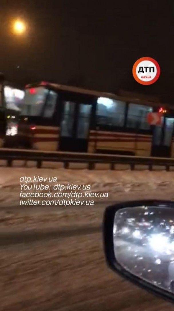 У Києві неподалік від вокзалу зупинено рух трамваїв