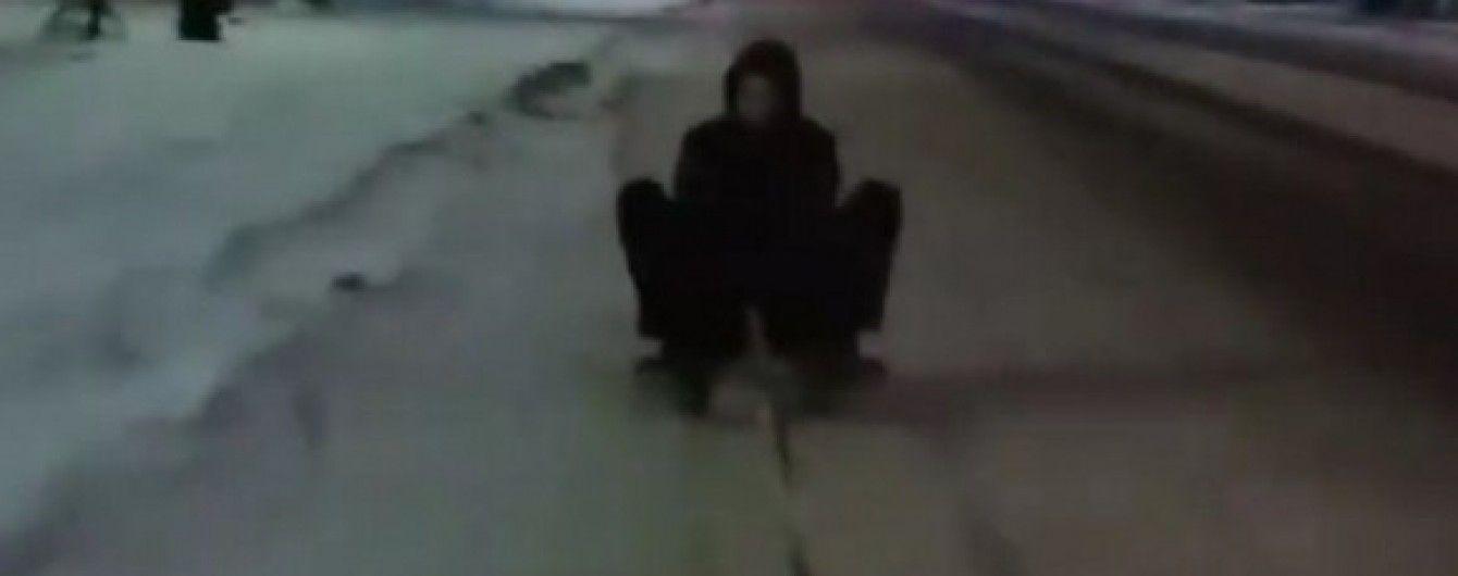З вітерцем: у Луцьку молодик катався на санчатах, причеплених до авто