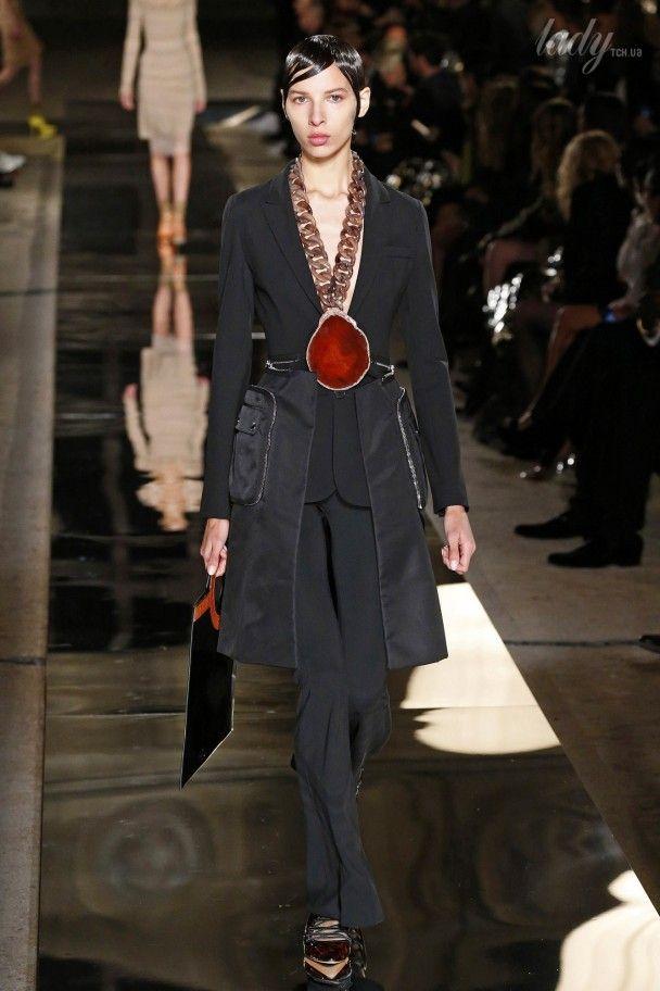 Яркие принты и массивные украшения в коллекции Givenchy сезона весна-лето 2017