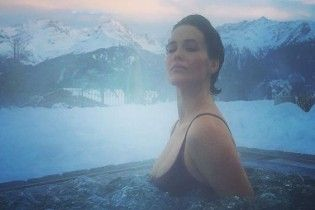 Спокуслива Даша Астаф'єва босоніж бігала по снігу у купальнику