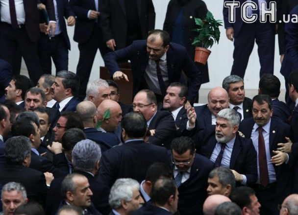 У Туреччині парламентські дебати щодо розширення повноважень Ердогана переросли у бійку