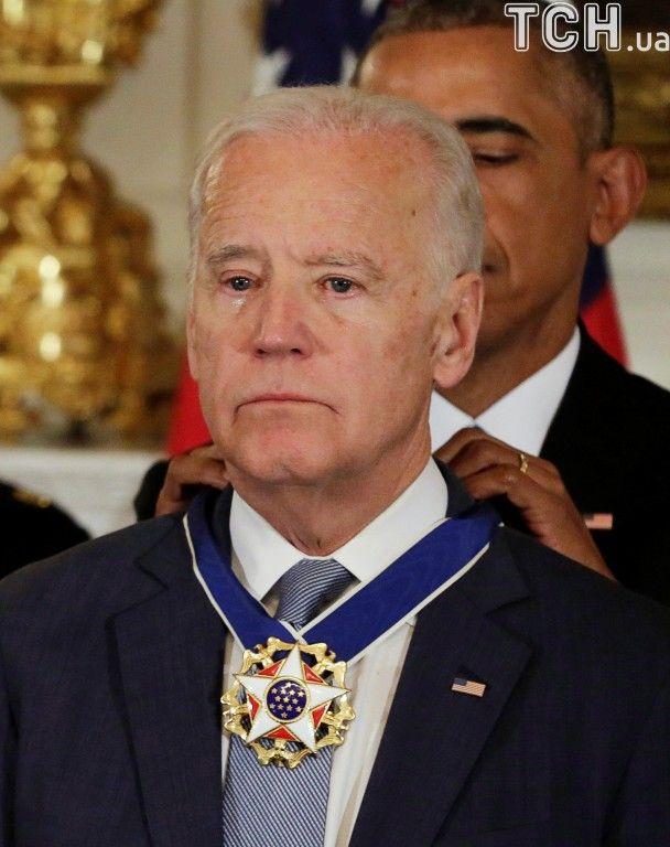 """Приголомшення до сліз. Як Обама вручав найвищу нагороду США своєму """"брату"""" Джо Байдену"""