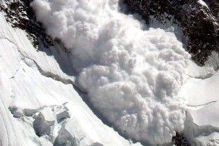 На Закарпатье сняли на видео сноубордиста, который едва спасся от снежной лавины