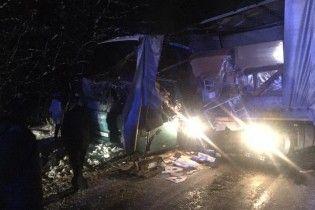 Біля Львова автобус із 40 пасажирами врізався у фуру, яку занесло на слизькій дорозі