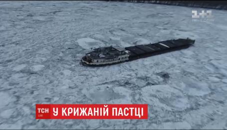 В Румынии в ледовой ловушке посреди Дуная оказался корабль