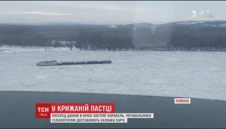 У Румунії посеред Дунаю у льодовій пастці опинився корабель