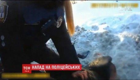 В Сумах пьяный мужчина с оружием напал на полицейских
