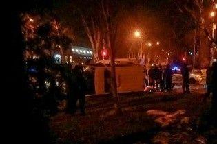 У Запоріжжі наповнене грошима авто інкасаторів зіткнулось із джипом та перекинулось