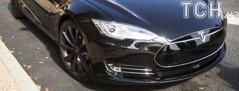 В Киеве работница ЖЭКа задекларировала суперкар Tesla и четверть миллиона гривен