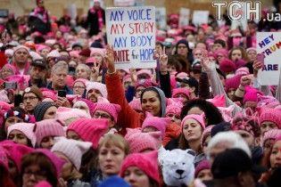 Сотні тисяч американців у рожевих шапках вийшли на мітинги проти Трампа