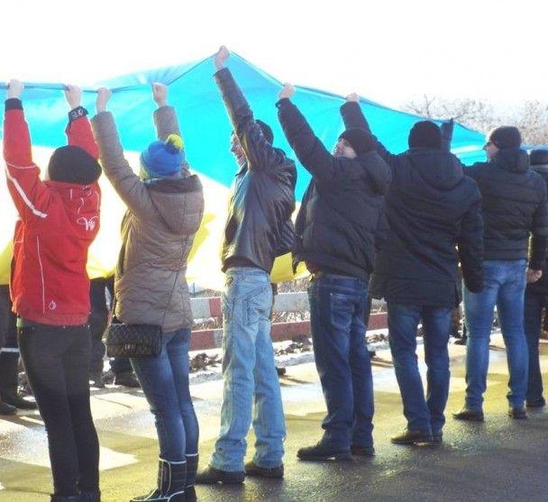 У прифронтовій Станиці Луганській розгорнули 40-метровий прапор України