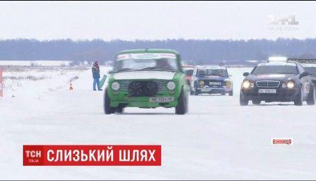 Звук двигунів та круті віражі: Вінниця прийняла перший в Україні зимовий дрифт