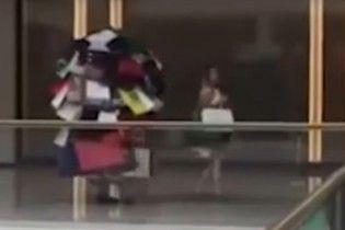 Шопингмен. Сеть покоряет видео мужчины, который носит за любимой гору покупок