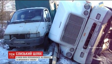 В Киеве во время движения перевернулся грузовик