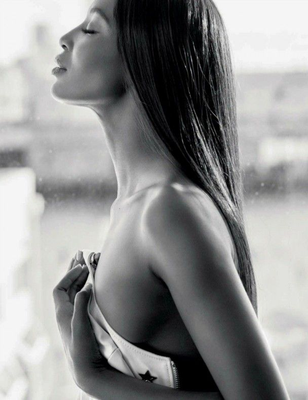 46-річна Наомі Кемпбелл  засвітила оголені груди та сідниці у відвертій фотосесії