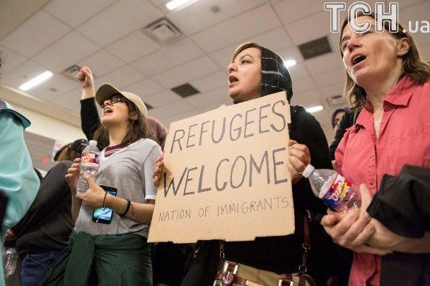 На фоне массовых протестов в США суд частично заблокировал указ Трампа о запрете иммиграции