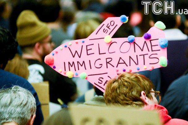 Плакати, гасла і прапори: США відбулися тисячні акції протесту проти протиміграційного указу Трампа