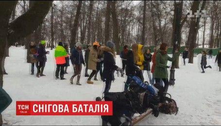 В Мариинском парке студенты устроили снежную перестрелку
