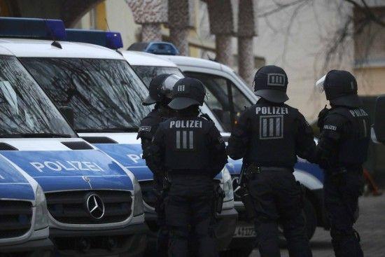 У Німеччині чоловік на автівці та із горючими речовинами атакував офіси двох провідних партій