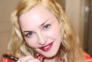В элегантном платье и маске кабана: Мадонна шокировала странным образом на вечеринке