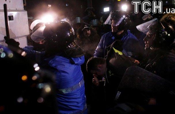 Сутички, петарди і сльозогінний газ: у Румунії десятки тисяч людей вимагають відставки уряду