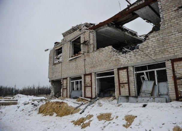 Вирви та напівзруйновані будівлі. Фотограф показав, як виглядає Авдіївка після обстрілу бойовиків