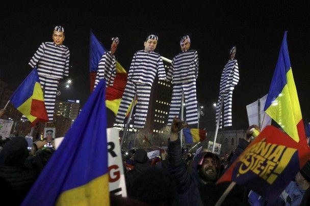 Опудала урядовців в тюремному камуфляжі та тисячі людей. У Румунії тривають антикорупційні протести