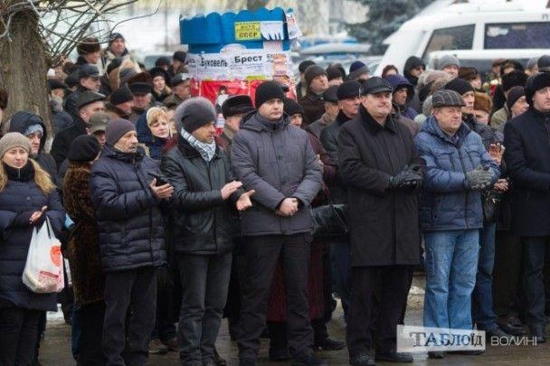 Дощ, сльози та оплески: у Луцьку провели в останню путь міського голову