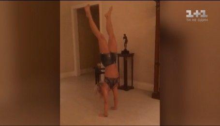 Бритни Спирс удивила умением ходить на руках
